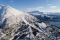 Luftfoto som viser alpinanlegget i Fagernesfjellet, helt fra nedre fjellheisstasjon opp til Linken. Beisfjorden og Skjomtinden i bakgrunnen.