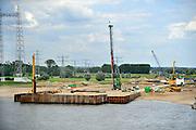 Nederland, Nijmegen, 8-7-2011Aan de westrand van Nijmegen is begonnen met de aanleg van een nieuwe waalbrug, de stadsbrug, die Nijmegen verbindt met het stadsdeel Lent en oosterhout aan de andere kant van de rivier. Deze brug moet zorgen voor een betere bereikbaarheid van Nijmegen maar ook voor een betere spreiding van het verkeer over de stad. Hij gaat de oversteek heten.De brug is een ontwerp van de Belgische architecten Ney en Paulissen.Foto: Flip Franssen/Hollandse Hoogte