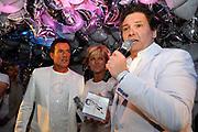 CD presentatie van Gewoon Gerard in Fabels Eten en Drinken in Bergen.<br /> <br /> Op de foto:  Gerard Joling krijgt de eerste CD van Rene Froger en Caroline Tensen
