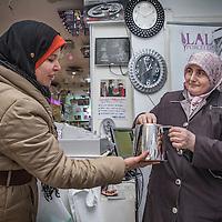 Nederland, Amsterdam, 2 februari 2016.<br /> Mona Ghadir uit de Transvaalbuurt doet boodschappen in de Pretoriastraat om falaffel te maken.<br /> Op de foto: In de Pretoriastraat is ook de Turkse winkel Laleii, waar je allerlei soorten theepotten en andere huishoudelijke apparatuur kunt kopen.<br /> <br /> Reportage of egyptian Mona Ghadir living in Amsterdam. Today she shops for ingredients and prepares typical egyptian dishes. <br /> <br /> Foto: Jean-Pierre Jans