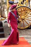 """Aankomst koninklijke familie in de gouden koets bij de Ridderzaal op Prinsjesdag 2012. /// Arrival royal family in the golden coach at the Riddrerzaal on """"Prinsjesdag""""in The Hague<br /> <br /> Op de foto / On the photo:<br />  Prinses Máxima stapt uit de gouden koets"""