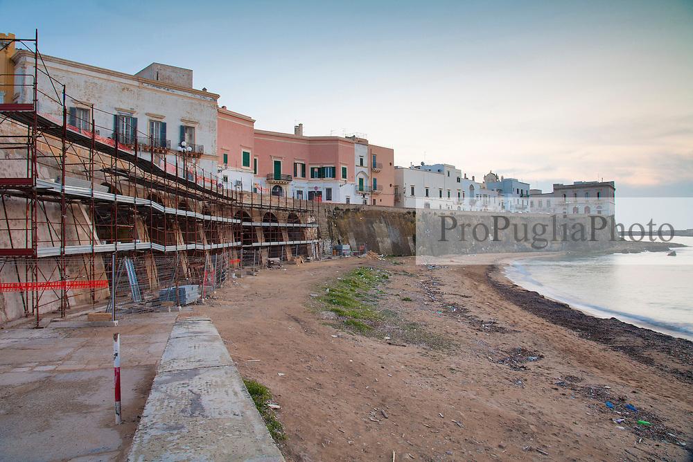 Impalcatura per i lavori di restauro e ripristino delle mura presso la spiaggia della purità a Gallipoli (LE)