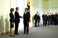 11 JAN 2005, BERLIN/GERMANY:<br /> Eva Luise Koehler, Praesidentengattin, Horst Koehler, Bundespraesident, und Gerhard Schroeder, SPD, Bundeskanzler, (v.L.n.R.), waehrend dem Neujahrsempfang des Bundespraesidenten, Schloss Charlottenburg<br /> IMAGE: 20050111-01-015<br /> KEYWORDS: Bundespräsident, Handshake, Gerhard Schröder, gespräch, Gespraech, Horst Köhler
