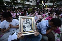 October 13, 2016 - Bangkok, Thailand - Thais gather to praying for Thai King Bhumibol Adulyadej at the Siriraj Hospital in Bangkok, Thailand on October 13, 2016. (Credit Image: © Wasawat Lukharang/NurPhoto via ZUMA Press)