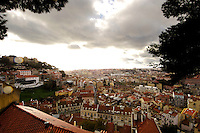 01 JAN 2006, LISBON/PORTUGAL:<br /> Blick auf die historische Innenstadt der Stadt Lissabon, links das Castelo de Sao Jorge<br /> View on the historical center of the city of Lisbon, left side the Castelo de Sao Jorge <br /> IMAGE: 20060101-01-015<br /> KEYWORDS: Lisboa, roof, Dach, Dächer, Reise, travel, Stadtansicht, Europa, europe, cityscape