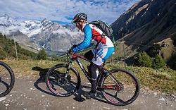 15-09-2017 ITA: BvdGF Tour du Mont Blanc day 6, Courmayeur <br /> We starten met een dalende tendens waarbij veel uitdagende paden worden verreden. Om op het dak van deze Tour te komen, de Grand Col Ferret 2537 m., staat ons een pittige klim (lopend) te wachten. Na een welverdiende afdaling bereiken we het Italiaanse bergstadje Courmayeur. Marielle