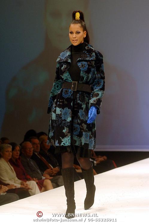 NLD/Noordwijk/20060917 - Modeshow Sheila de Vries winter 2006, mannequin