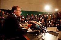 20 JAN 2000, BERLIN/GERMANY:<br /> Volker Neumann, MdB, SPD, Vorsitzender Parl. Untersuchungsausschuss zur Aufklärung der Parteispendenaffäre, mit Journalisten während einer Pressekonferenz zur Sitzung des Ausschusses, Deutscher Bundestag, Reichstag<br /> IMAGE: 20000120-02/01-37<br /> KEYWORDS: Journalist, Kamera, Camera, Auschuß, Ausschuss