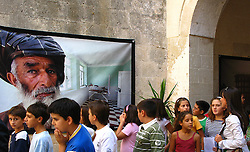 Ennesimo appuntamento nelle piazze salentine con ?Staramascè?, mostra fotografica itinerante di Kash Gabriele Torsello...Da lunedì 17 e sino al 21 settembre la Fondazione Papaleo del Comune di Bagnolo del Salento ospiterà le immagini rappresentanti attimi di vita a Kabul, Badakhshan, Khost e Kandahar: sguardi, gesti ed emozioni tradotti in foto con l?intento di introdurre visualmente una realtà a noi lontana ma vicina, nella quotidianità, al nostro mondo...La mostra fotografica, che rientra nel ricco programma della VII edizione di Salento Negroamaro, evento promosso dalla Provincia di Lecce, inaugurata nel giugno scorso dal presidente Giovanni Pellegrino, ha interessato ben trenta Comuni del Salento....Fondazione Papaleo.Bagnolo del Salento.Da lunedì 17 e sino al 21 settembre.ingresso libero