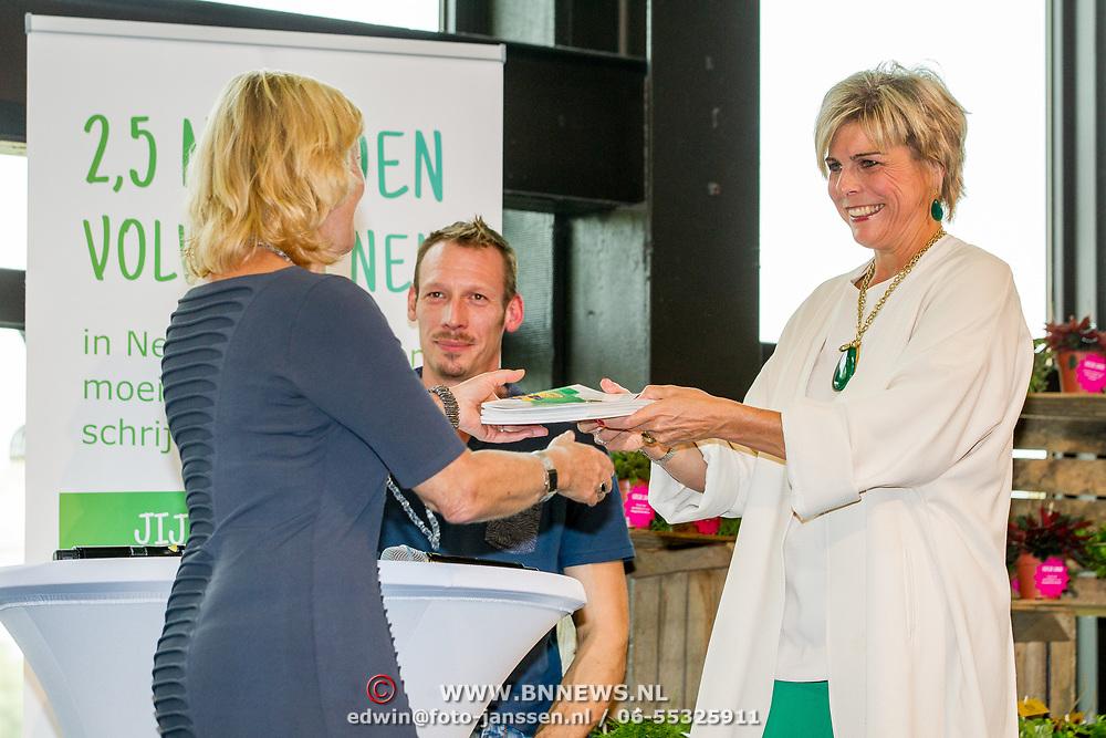 NLD/Zoetermeer/20170904 -  Opening week Alfabetiseringsweek, Jet Bussemaker ontvangst boek van Pr. Laurentien