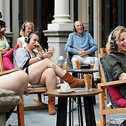 NL/Amsterdam/20200819 -  Podcast en Chill met Najib Amhali, Lachend Publiek