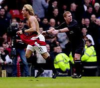 Fotball - Premier League - 18.01.2003<br /> Manchester United v Chelsea<br /> Diego Forlan jubler for sitt vinnermål<br /> I bakgrunnen dommer Paul Durkin <br /> Foto: Richard Lane, Digitalsport