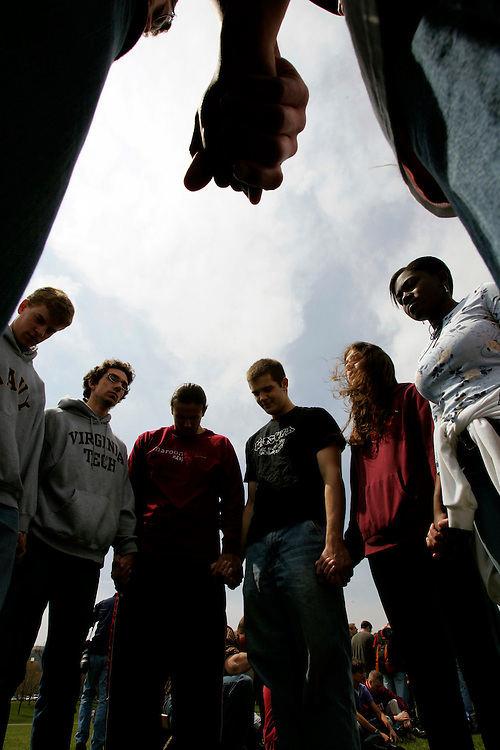 Virginia Tech students and others prey for the victims shot in the Virginia Tech tragedy during a group multi-denominational prayer meeting on the campus in Blacksburg, Virginia April 18, 2007.  REUTERS/Rick Wilking (UNITED STATES)
