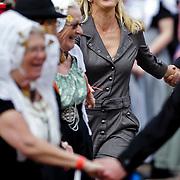 NLD/Middelburg/20100430 -  Koninginnedag 2010, Mabel dansend met een klederdrachtgroep