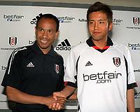 Fotball. Premier League 2002/2003. 19.07.2002.<br /> Fulhams nyervervelse Junichi Inamoto sammen med manager Jean Tigana. <br /> Foto:  Andrew Cowie, Digitalsport