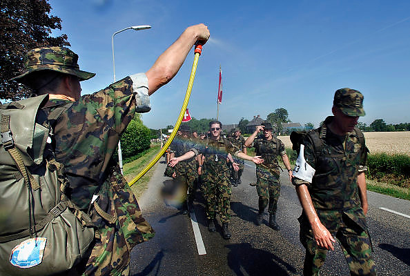 Nederland, Slijk-Ewijk, 18-7-2006..Verkoeling voor de lopers van de 4 daagse. Later werd in Nijmegen bekend dat er wandelaars overleden zijn, en werd het evenement voor het eerst in haar geschiedenis afgelast...Foto: Flip Franssen/Hollandse Hoogte