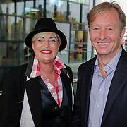 NLD/Hilversum/20121003- Boekpresentatie De Iconen van het NOS Achtuurjournaal, Vivian Boelen en Rick Nieman