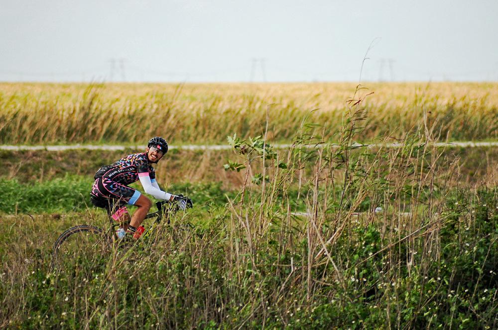 Gravel racer looks back during Fakawi