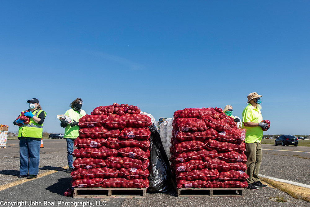 The Community Food Bank of New Jersey organized an emergency food distribution for unemployed casino workers in Atlantic City, New Jersey on Thursday, May 14, 2020. Many of the casinos in Atlantic City voluntarily shut down in early March, leading to a surge in unemployment and food insecurity.  The emergency food distribution was paid for by the Casino Reinvestment Development Authority (CRDA), who approved an additional $300,000 in funding support for in response to the ongoing COVID-19 pandemic. John Boal/for Der Spiegel