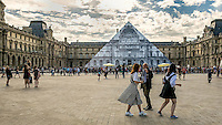 Pyramide du louvre decorée par le photographe JR