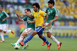 Marcelo disputa a bola na partida entre Brasil e México válida pela segunda rodada da Copa das Confederações 2013, no estádio Arena Castelão, em Fortaleza-CE. FOTO: Jefferson Bernardes/Preview.com