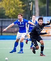 UTRECHT - Kenta Tanaka (HGC) met Martijn Havenga (Kampong)  en vliegende stick  tijdens de hoofdklasse  hockeywedstrijd heren, Kampong-HGC (3-3) . COPYRIGHT KOEN SUYK