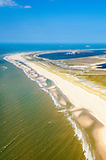 Nederland, Zuid-Holland, Rotterdam, 10-06-2015; Tweede Maasvlakte (MV2), Maasvlaktestrand met parkeerterreinen en duinovergangen die toegang geven tot het badstrand. Prinses Amaliahaven en Prinses Alexiahaven in de achtergrond.<br />