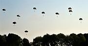 Nederland, Groesbeek, 19-9-2019Militairen van de 82e luchtlandingsdivisie springen uit Hercules vliegtuigen als eerbetoon aan hun collegas in 1944 die hier als onderdeel van de operatie Market garden gedropt werden. Vanuit dit gebied, trokken de militairen van de 82nd airborne division naar de Waalbrug van Nijmegen. Een brug te ver, a bridge too far.FOTO: FLIP FRANSSEN