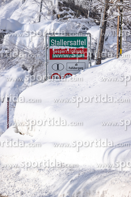 THEMENBILD - Nach dem Einsturz einer Halle in Lienz aufgrund der Schneemassen und einigen Lawinenabgängen auf Straßen hat sich am Sonntagvormittag die Situation in Osttirol leicht entspannt. Die massiven Schneefälle haben aufgehört. die Felbertauernstrasse ist aber nach wie vor gesperrt. Hier im Bild: HSituation in Huben in Osttirol, Österreich am Sonntag, 3. Januar 2021 // After the collapse of a hall in Lienz due to the masses of snow and some avalanches on roads, the situation in East Tyrol has eased slightly on Sunday morning. The massive snowfalls have stopped. but the Felbertauern road is still closed. Here in the picture: HSituation in Huben in East Tyrol, Austria on Sunday, January 3, 2021. EXPA Pictures © 2021, PhotoCredit: EXPA/ Johann Groder