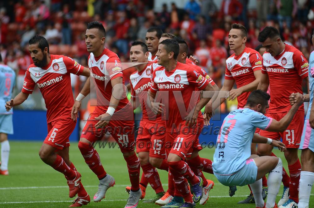 Toluca, México.- Jugadores del Toluca festejan su gol, durante el partido contra Querétaro correspondiente a la Jornada 13 del Torneo Apertura 2015 de la Liga MX. Agencia MVT / Arturo Hernández.