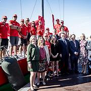 © Maria Muina I MAPFRE. El presidente de la de la Generalitat Valenciana Ximo Puig Ferrer y consellers con la tripulación del MAPFRE.