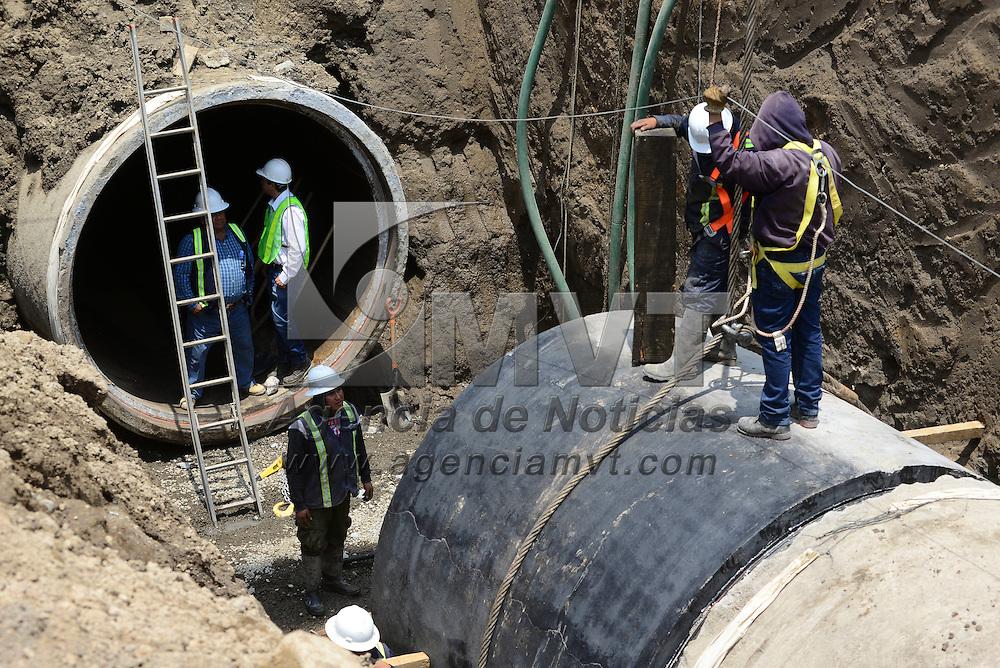 Toluca, México (Abril 19, 2016).- Continuán los trabajos de reparación del Sistema Cutzamala después de registrarse una fractura que no fue detectada y la que genero casas de la comunidad de San Carlos  Autopan quedaran inundadas.  Agencia MVT / Crisanta Espinosa