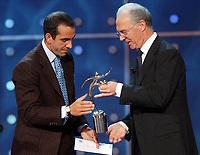 Fotball: 17.12.2001 Zürich, Schweiz,<br />Franz Beckenbauer überreicht den Fairness-Preis der FIFA an den Italiener Di Canio am Montag (17.12.2001) bei der FIFA-World Player Gala in Zürich. <br /><br />Foto: ANDY MüLLER, Digitalsport