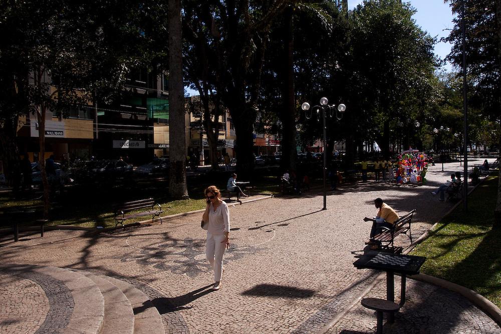 Lavras_MG, Brasil...Pessoas em uma praca em Lavras...People in the square in Lavras...Foto: MARCUS DESIMONI / NITRO