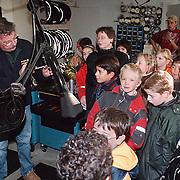 Leerlingen van Brugghenschool Huizen laten hun fietsen controlerenbij Fietsenhandel Bout.
