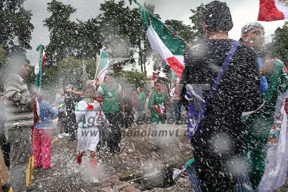 TOLUCA, Mexico.- En la capital mexiquense cientos de aficionados al fútbol se hicieron presentes en la glorieta del águila, en la avenida Colon, lugar tradicional para los festejos de triunfos deportivos y ahora no fue la excepción por la obtención de la medalla de oro dentro de los Juegos Olímpicos de Londres, con el triunfo de los mexicanos de 2 – 1 ante Brasil. Agencia MVT / José Hernández. (DIGITAL)