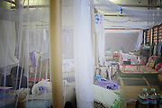 Onagawa  - Espace semi-privatifs au centre de réfugiés Undôjô sôgô taikukan - Juin 2011<br /> Aujourdhui, les besoins de chacun s'orientent vers un gain d'intimité et l'accession d'un environnement où ils pourraient trouver un peu de repos. Tous traversent une épreuve d'endurance, mais tous n'ont pas les mêmes forces pour la surmonter..Malgré la patience générale des sinistrés, l'attente est une épreuve supplémentaire car le dénouement de cette crise n'est toujours pas défini. Si les personnes souhaitent rapidement quitter les salles communes et gagner en autonomie dans les logements provisoires, elles ne savent ni quand ni comment elles seront logées dans de vraies habitations. Pour un retour à la normale, certains parlent de mois, d'autres dannées, certains toujours choqués ne peuvent se projeter. Une situation temporaire est ancrée, mais chacun espère que cette dernière ne se transformera pas en situation prolongée ou définitive.