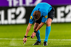 27-09-2018 NED: FC Utrecht - MVV Maastricht, Utrecht<br /> First round Dutch Cup stadium Nieuw Galgenwaard / Referee Martin van den Kerkhof, free kick line