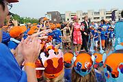Zijne Majesteit Koning Willem-Alexander en Hare Majesteit Koningin Máxima bezoeken de provincie Overijssel.Koning en Koningin lopen het plein op, langs de schoolkinderen die met hun blauwe Tshirts als een lint de loop van de Regge door Goor symboliseren. <br /> <br /> His Majesty King Willem-Alexander and Máxima Her Majesty Queen visits the province of Overijssel.King and Queen walk on the square, past the schoolkids. They stand  as a ribbon symbolizing River Regge with their blue shirts
