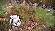 Här vilar jag på en grav där någon annan också vilar.
