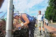 Nederland, Nijmegen, 20-7-2010Op de Wedren starten om 3 uur de eerste lopers van de 4daagse. Op de Oosterhoutsedijk waren extra waterpunten ingericht. Langs de route haden sommige aanwonenden voor water gezorgd zoals hier in Oosterhout.Foto: Flip Franssen/Hollandse Hoogte