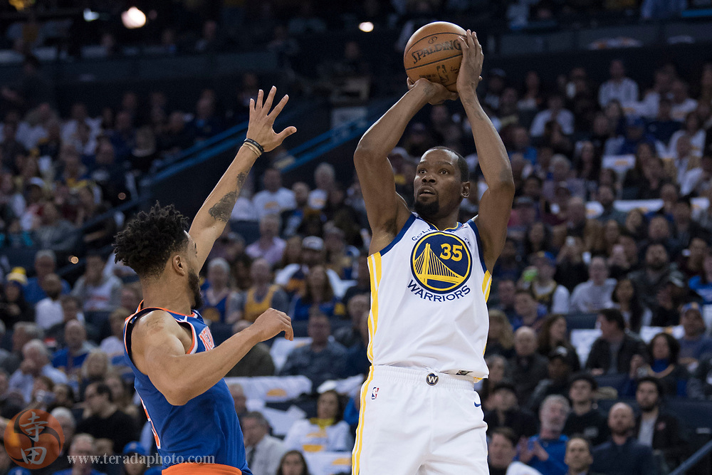 January 23, 2018; Oakland, CA, USA; Golden State Warriors forward Kevin Durant (35) shoots the basketball against New York Knicks guard Courtney Lee (5) during the third quarter at Oracle Arena. The Warriors defeated the Knicks 123-112.