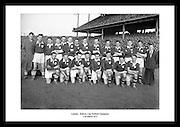 Avbildet ser vi laget Leinster posere som vinnerne av Railway Cup (gælisk fotball), 17 mars 1953..Gamle lagbilder av fotballag fra Irland. Sort hvitt bilder fra Dublin til salgs.