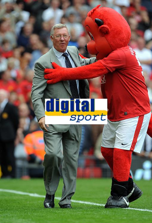 Fotball<br /> England<br /> Foto: Fotosports/Digitalsport<br /> NORWAY ONLY<br /> <br /> Sir Alex Ferguson Manager with Club Mascot<br /> Manchester United 2009/10<br /> Manchester United V Birmingham City (1-0) 16/08/09<br /> The Premier League