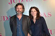 Judas in première in De Meervaart in Amsterdam. De theaterthriller gebaseerd op de gelijknamige bestseller van Astrid Holleeder<br /> <br /> Op de foto:  Rifka Lodeizen en partner