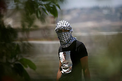 02.07.2015, Kfar Qaddum, PSE, Nahostkonflikt zwischen Israel und Palästina, im Bild ein vermummter Palästinenser // A Palestinian protester takes position during clashes with Israeli security forces following a demonstration against the expropriation of Palestinian land by Israel in the West Bank village of Kfar Qaddum, Palestine on 2015/07/02. EXPA Pictures © 2015, PhotoCredit: EXPA/ APAimages/ Ahmad Talat<br /> <br /> *****ATTENTION - for AUT, GER, SUI, ITA, POL, CRO, SRB only*****