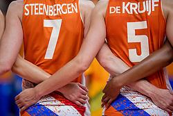 20-08-2016 BRA: Olympic Games day 15, Rio de Janeiro<br /> Het brons zou zijn begroet als was het goud. Maar zo ver kwam het niet voor de Nederlandse volleybalsters. In de strijd om de derde plaats van de Olympische Spelen was wereldkampioen Amerika gewoonweg te sterk (23-25, 27-25, 22-25 en 19-25) / Arm in Arm bij het volkslied