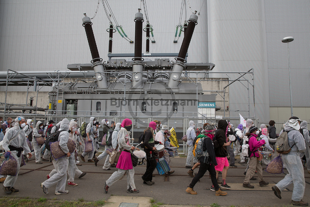 """Welzow, Brandenburg, Germany - 14.05.2016<br /> <br /> Activists storm the coal power plant. More than 1000 climate protection activist block the coal delivery tracks of the Vattenfall Coal power plant """"Schwarze Pumpe"""" near Welzow on the 2nd protest day of the anti-coal """"Ende Gelaende""""-Camp. From rail blockades starting, stormed hundreds of protesters during the day the power plant site. About 100 people were arrested.<br /> <br /> Aktivisten stürmen das Kohlekraftwerk. Mehr als 1000 Klimaschutz-Demonstranten blockierten, am zweiten Protesttag des Anti-Kohleprotest-Camps """"Ende Gelaende"""" die Schienen zum Vattenfall Kohlekraftwerk """"Schwarze Pumpe. Aus den Blockaden heraus stuermten viele hundert Demonstranten das Kraftwerksgelaende, die Polizei nahm etwa 100 Demonstranten fest.<br /> <br /> Photo: Bjoern Kietzmann"""