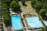 Recreatie rondom een zwembad. Buitenbad,      COPYRIGHT  KOEN SUYK