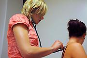 Nederland, Nijmegen, 6-6-2008In het kader van hun studie geneeskunde, medicijnen moeten studenten lichamelijk onderzoek doen bij elkaar. Het is onderdeel van de vastgelegde gedragscode voor geneeskundestudenten, waarbij zij dit onderling en op beide geslachten moeten doen, met uitzondering van inwendig onderzoek en onderzoek van borsten en geslachtsorganen.ALLEEN VOOR PUBLICATIE IN BLADEN OF SITES DIE GERICHT ZIJN OP ONDERWIJS OF GEZONDHEIDSZORG.Foto: Flip Franssen